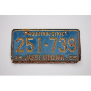 SKILT FRA WEST VIRGINIA 1965 M/HERLIG PATINA